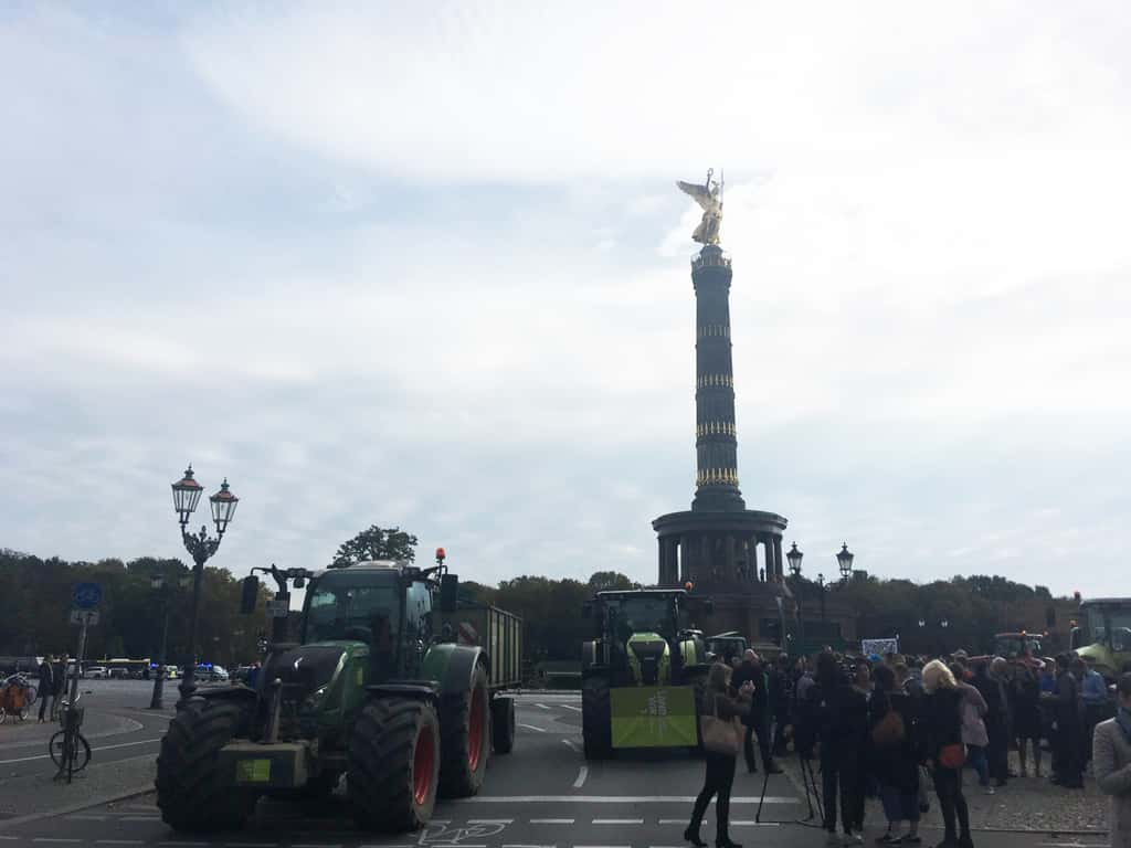 Goldelse in Berlin mit Traktoren